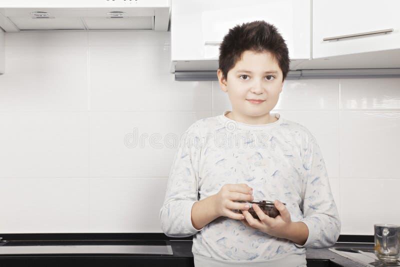 Αγόρι με την κινηματογράφηση σε πρώτο πλάνο κύπελλων δημητριακών στοκ εικόνα