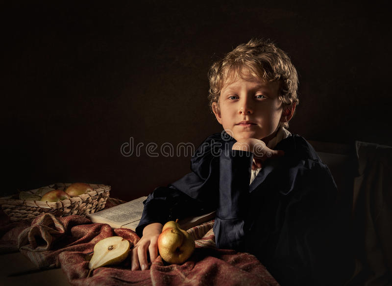 Αγόρι με τη μίμηση Καλών Τεχνών αχλαδιών στοκ εικόνα
