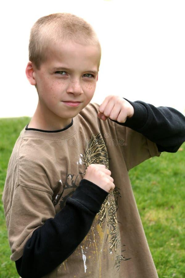 Αγόρι με τις αυξημένες πυγμές Στοκ Φωτογραφία