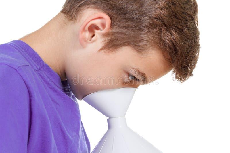 Αγόρι με τις επώδυνες διαδικασίες επεξεργασίας λαιμού στοκ φωτογραφία
