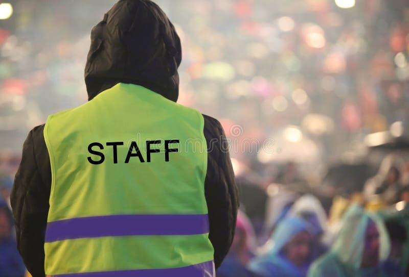 αγόρι με το κίτρινο υψηλό σακάκι διαφάνειας και το ΠΡΟΣΩΠΙΚΟ κειμένων στοκ εικόνες