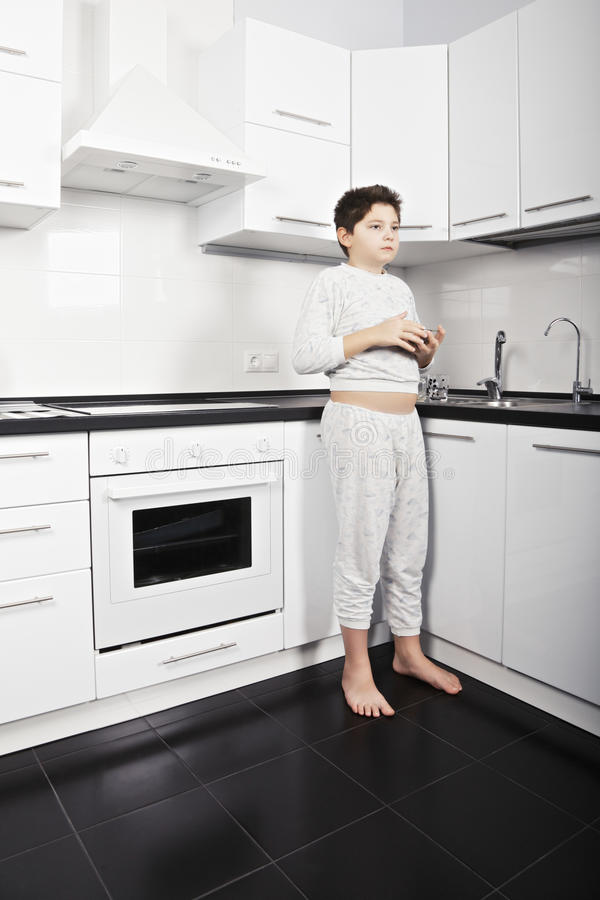 Αγόρι με το κύπελλο δημητριακών στοκ εικόνα