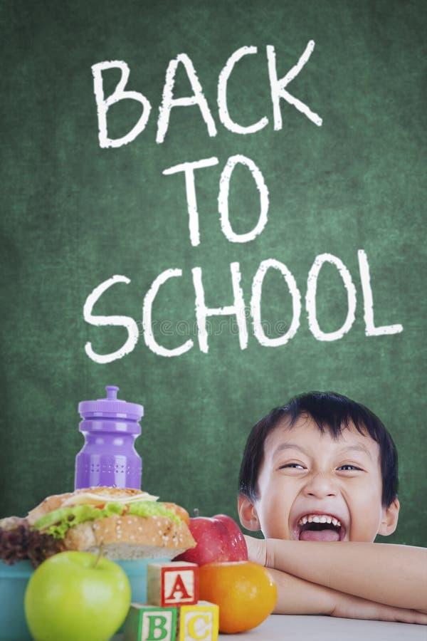 Αγόρι με το μεσημεριανό γεύμα του πίσω στο σχολείο στοκ εικόνα