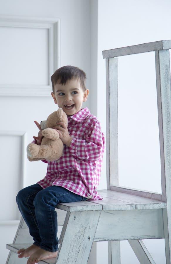 Αγόρι με το παιχνίδι, πορτρέτο στοκ εικόνες
