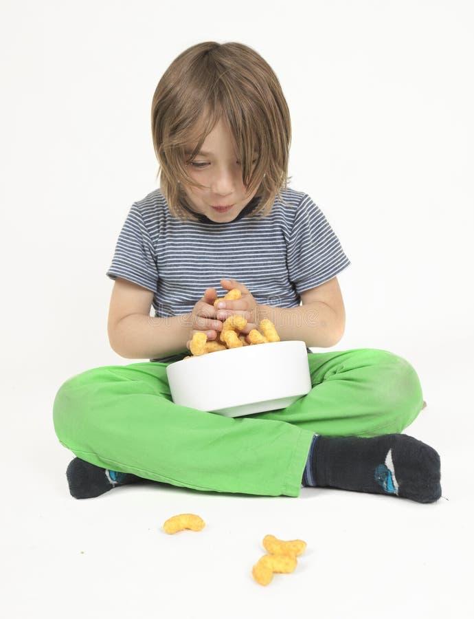 Αγόρι με το σύνολο κύπελλων των κτυπημάτων φυστικιών στοκ εικόνες με δικαίωμα ελεύθερης χρήσης