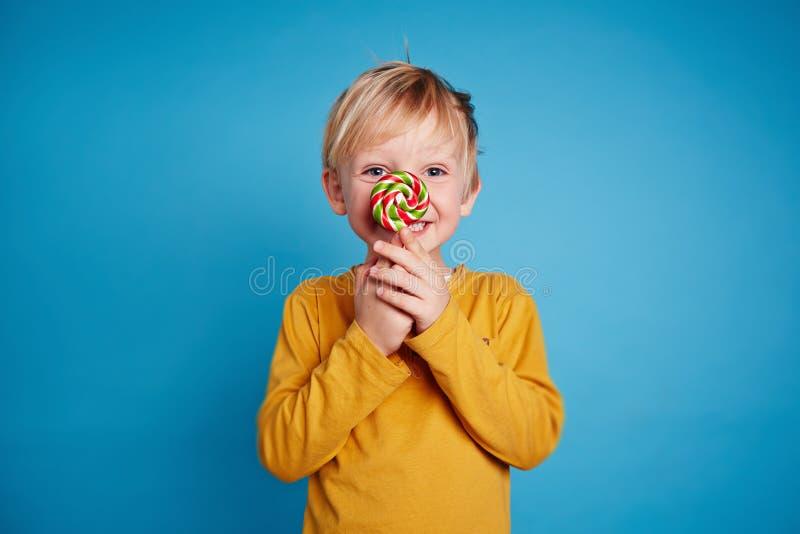 Αγόρι με το lollipop στοκ εικόνες