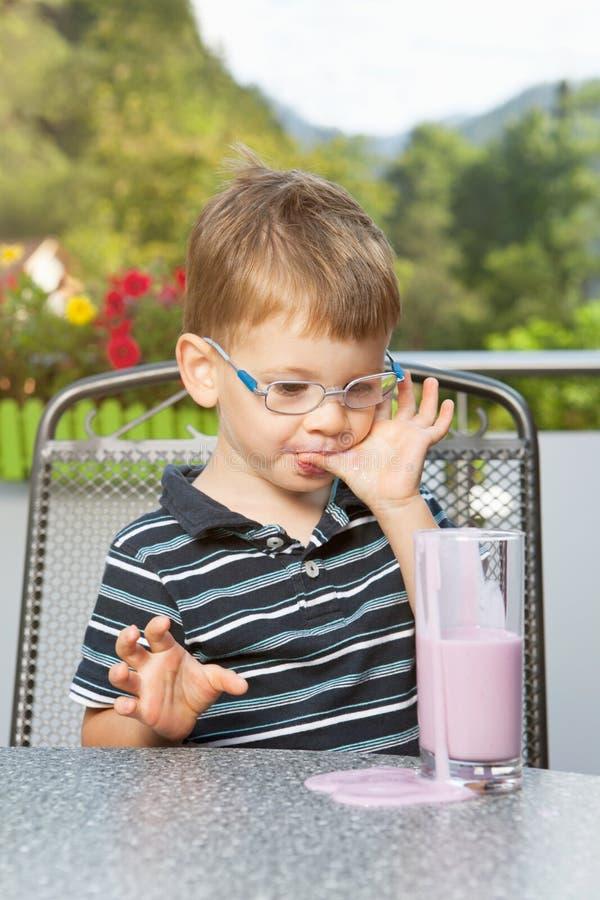 Αγόρι με το milkshake στοκ εικόνα
