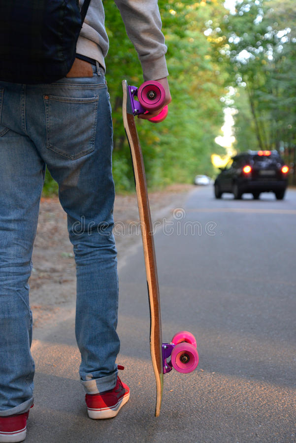 Download Αγόρι με Skateboard στο δρόμο Στοκ Εικόνα - εικόνα από βήμα, φίλων: 62705583
