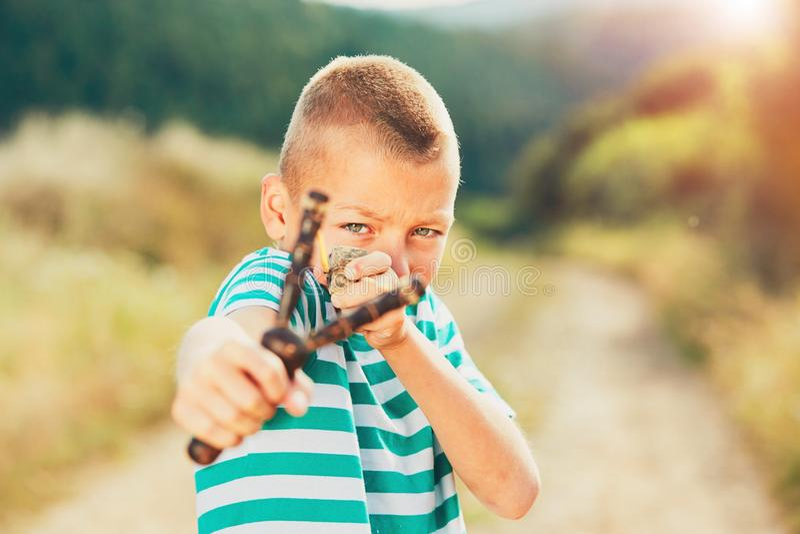 Αγόρι με slingshot στοκ εικόνα με δικαίωμα ελεύθερης χρήσης