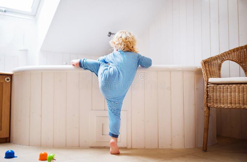 Αγόρι μικρών παιδιών σε μια επικίνδυνη κατάσταση στο λουτρό στοκ εικόνες με δικαίωμα ελεύθερης χρήσης