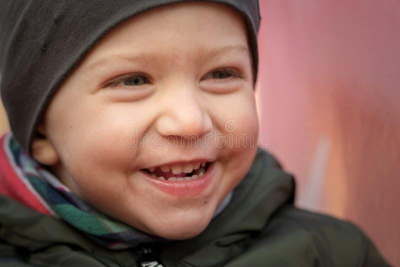 Αγόρι νηπίων που χαμογελά κοντά επάνω στοκ φωτογραφία με δικαίωμα ελεύθερης χρήσης