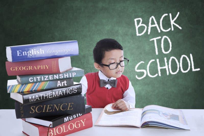 Αγόρι πίσω στο σχολείο και μελέτη στην κατηγορία στοκ εικόνα με δικαίωμα ελεύθερης χρήσης