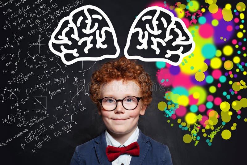 Αγόρι παιδιών που φορά τα γυαλιά, το μπλε κοστούμι και τον κόκκινο δεσμό τόξων Έννοια καταιγισμού ιδεών στοκ φωτογραφία με δικαίωμα ελεύθερης χρήσης