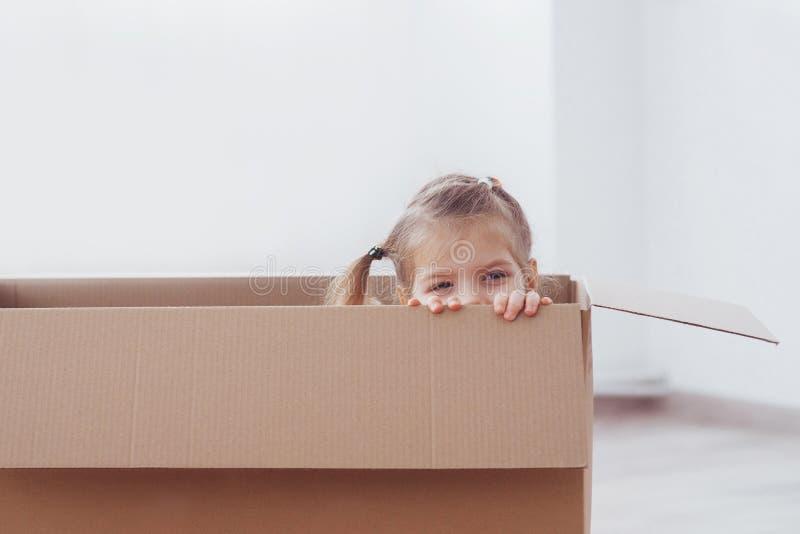 Αγόρι παιδιών preschooler που παίζει το εσωτερικό κιβώτιο εγγράφου Παιδική ηλικία, επισκευές και έννοια καινούργιων σπιτιών στοκ φωτογραφίες