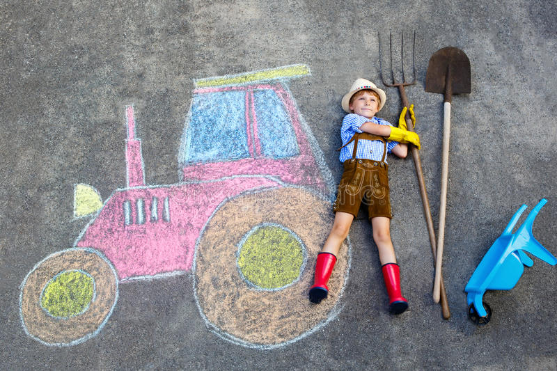 Αγόρι παιδάκι που έχει τη διασκέδαση με την εικόνα κιμωλιών τρακτέρ ελεύθερη απεικόνιση δικαιώματος