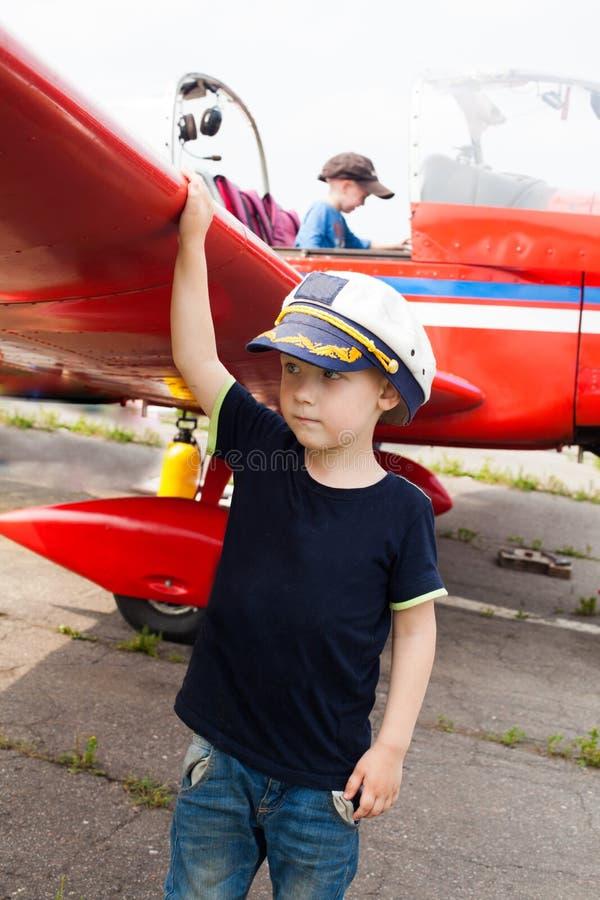 Αγόρι πειραματικό ένα πραγματικό αεροπλάνο στοκ εικόνα