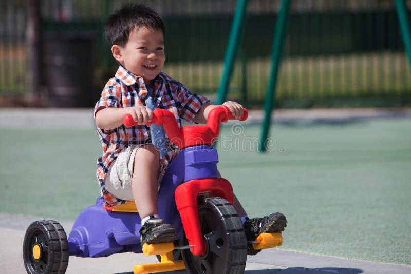αγόρι ποδηλάτων που οδηγά στοκ φωτογραφία