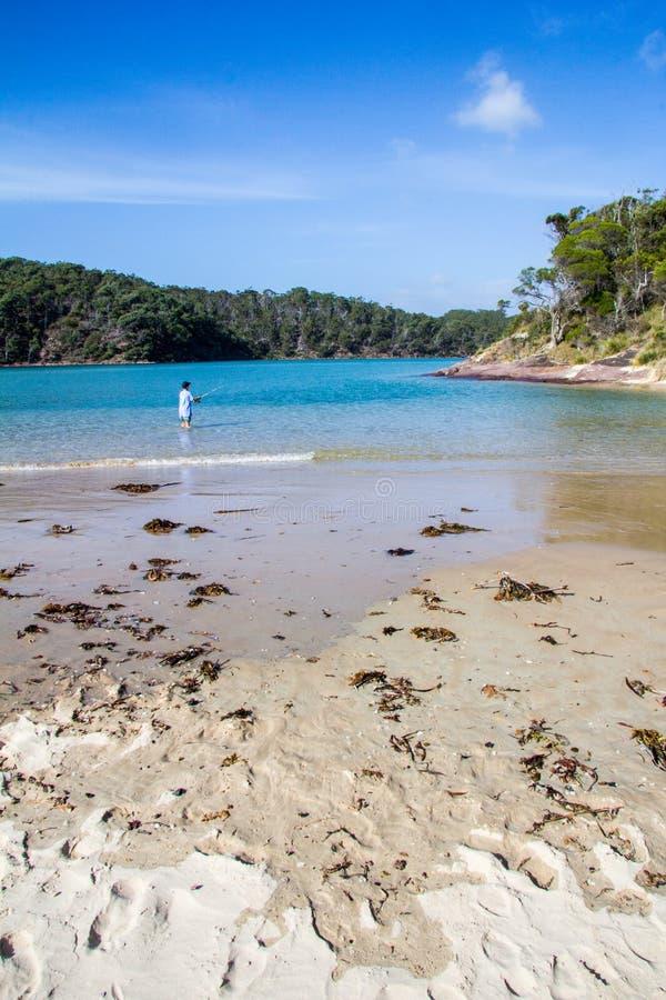 Αγόρι που αλιεύει, παραλία από Pambula την εκβολή ποταμών στοκ εικόνα με δικαίωμα ελεύθερης χρήσης
