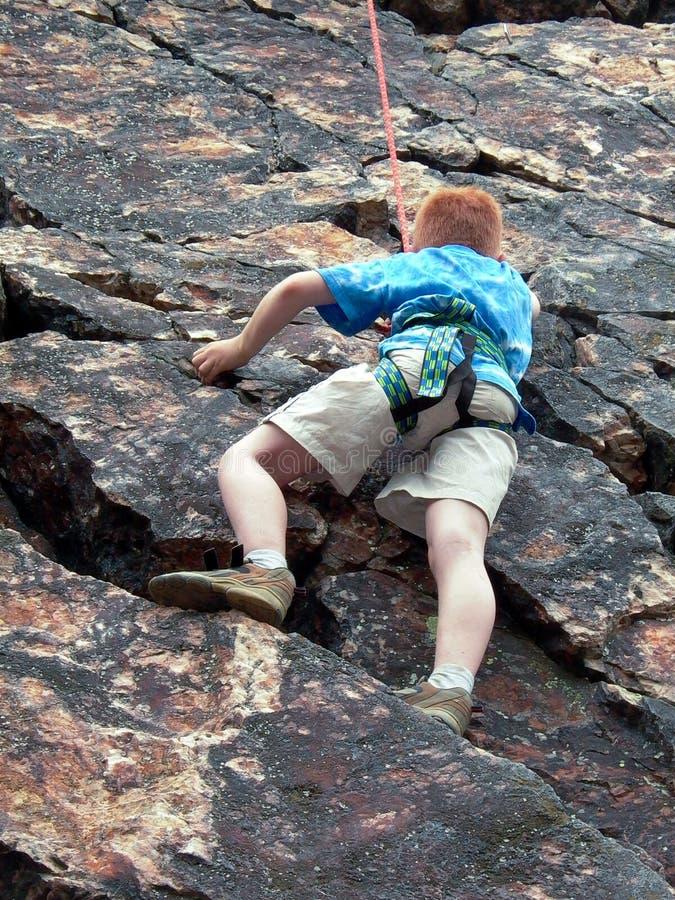 Αγόρι που αναρριχείται στο σχοινί στοκ φωτογραφία
