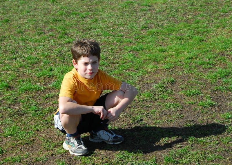 αγόρι που ανατρέπονται λί&gamma στοκ εικόνες με δικαίωμα ελεύθερης χρήσης