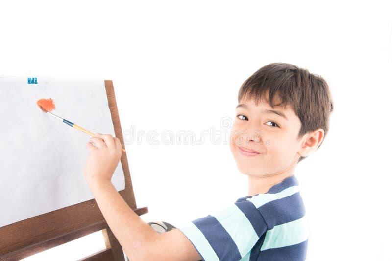 Αγόρι που απολαμβάνει τη ζωγραφική νερού στοκ φωτογραφία