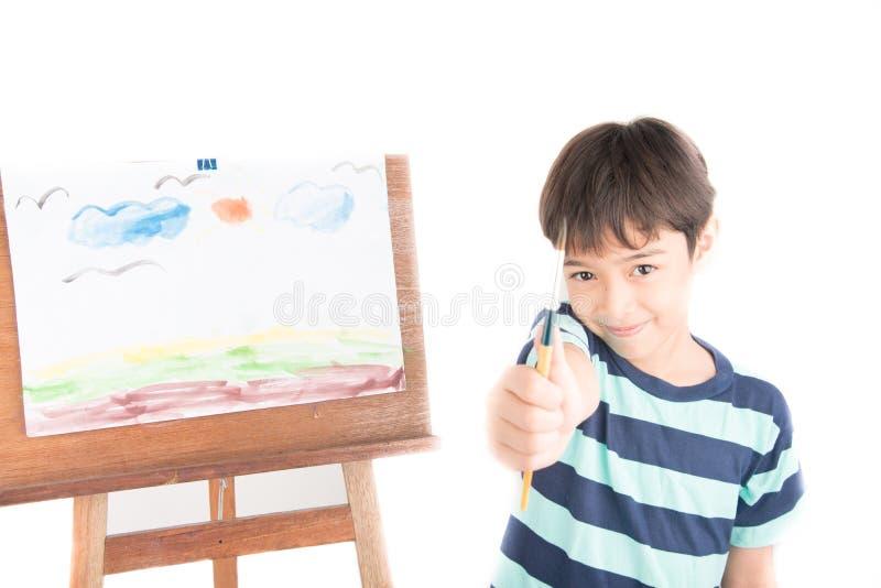 Αγόρι που απολαμβάνει τη ζωγραφική νερού στοκ φωτογραφία με δικαίωμα ελεύθερης χρήσης