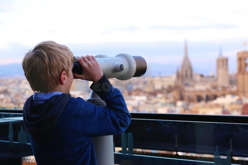 Αγόρι που απολαμβάνει το ταξίδι πόλεων στη Βαρκελώνη στοκ φωτογραφία με δικαίωμα ελεύθερης χρήσης