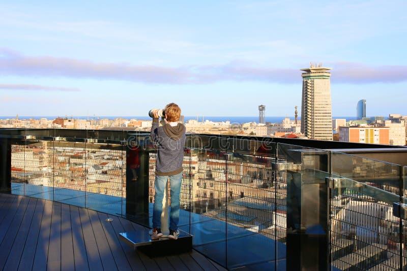Αγόρι που απολαμβάνει το ταξίδι πόλεων στη Βαρκελώνη στοκ εικόνες