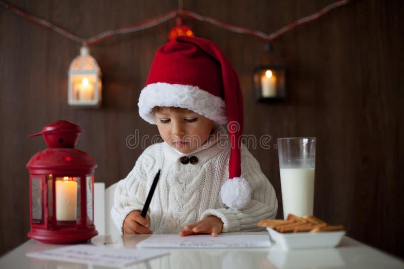 Αγόρι, που γράφει σε Santa στοκ εικόνα