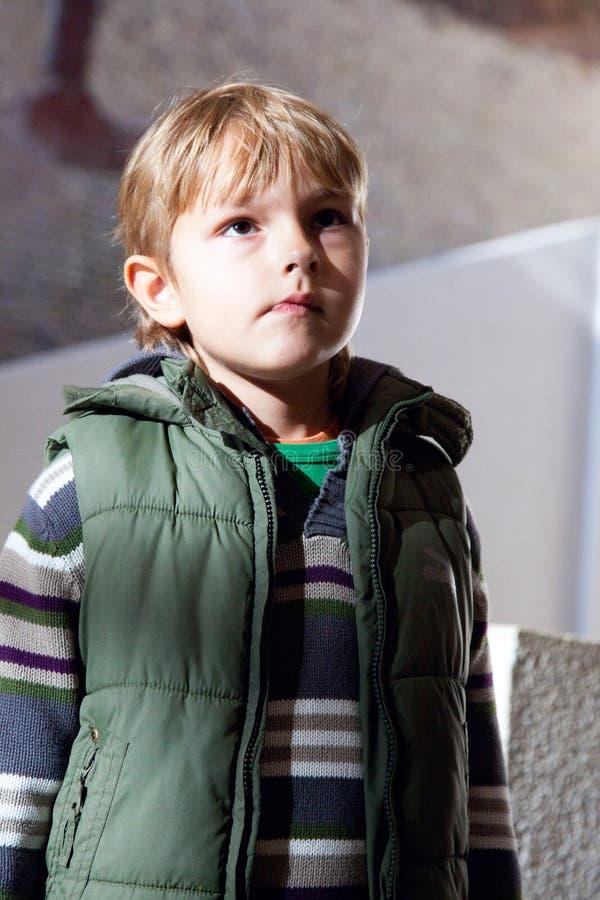 αγόρι που εξετάζει προσεκτικά τι στοκ φωτογραφία με δικαίωμα ελεύθερης χρήσης