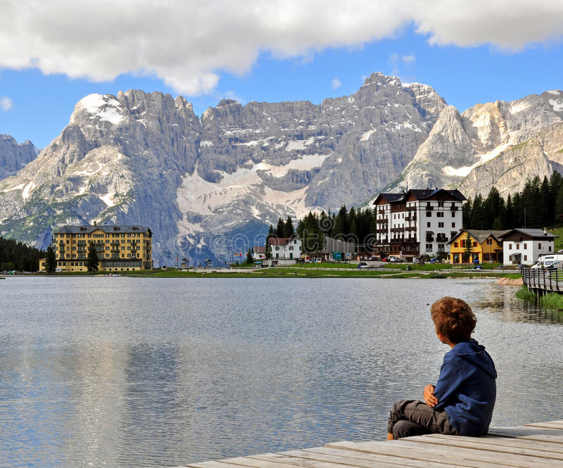 Αγόρι που εξετάζει τη λίμνη στοκ φωτογραφία με δικαίωμα ελεύθερης χρήσης