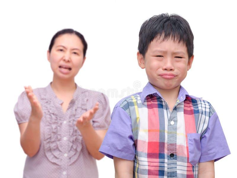 Αγόρι που επιπλήττεται από τη μητέρα του στοκ φωτογραφία