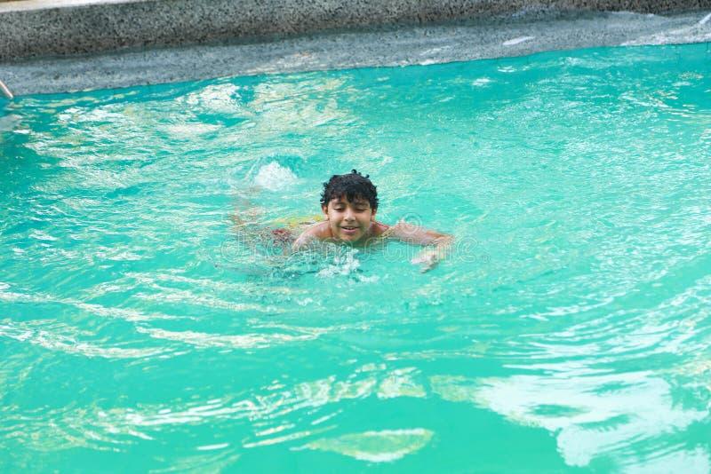 Αγόρι που κολυμπά στη λίμνη στοκ φωτογραφία