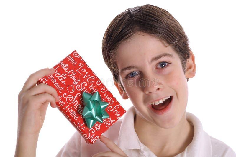αγόρι που κρατά τις παρούσ& στοκ εικόνες με δικαίωμα ελεύθερης χρήσης