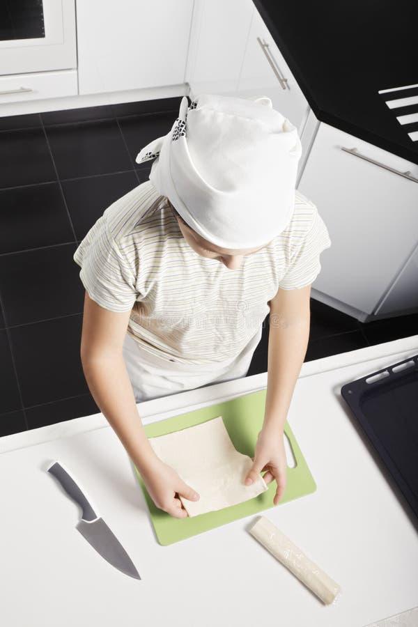 Αγόρι που μαγειρεύει croissants στοκ φωτογραφία με δικαίωμα ελεύθερης χρήσης