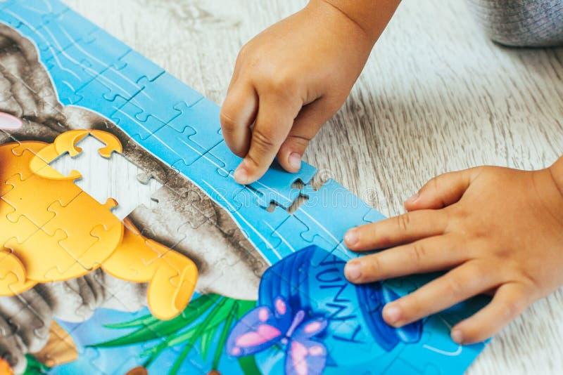 Αγόρι που μαθαίνει πώς να λύσει έναν γρίφο στοκ εικόνες
