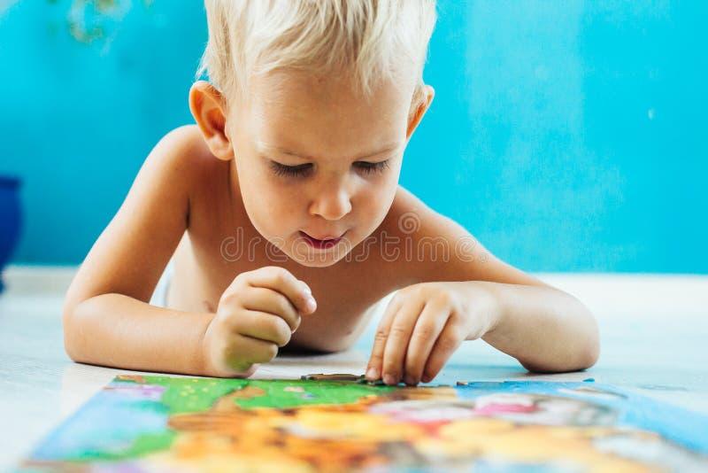 Αγόρι που μαθαίνει πώς να λύσει έναν γρίφο στοκ φωτογραφίες με δικαίωμα ελεύθερης χρήσης