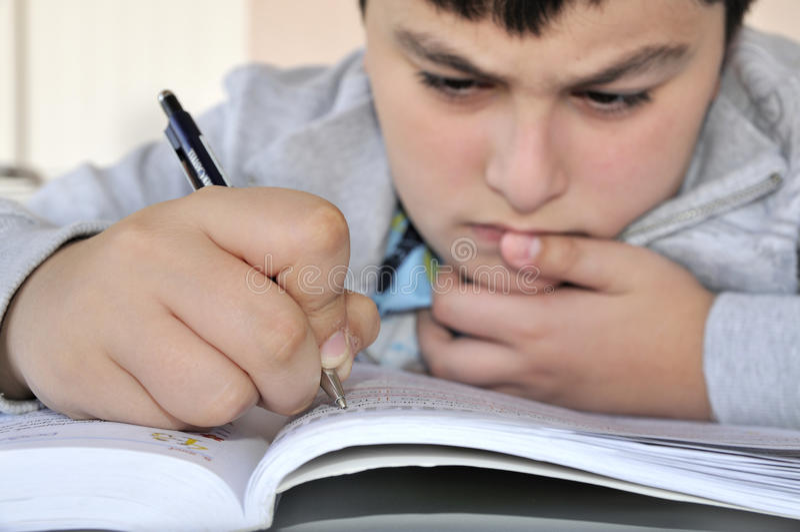 αγόρι που μελετά τις νεο& στοκ εικόνα
