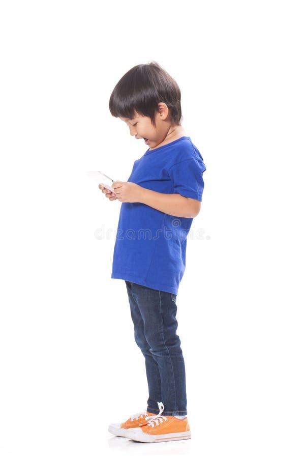 Αγόρι που παίζει ένα παιχνίδι στην ταμπλέτα υπολογιστών στοκ φωτογραφία με δικαίωμα ελεύθερης χρήσης