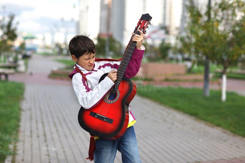 Αγόρι που παίζει το guita στοκ φωτογραφίες με δικαίωμα ελεύθερης χρήσης