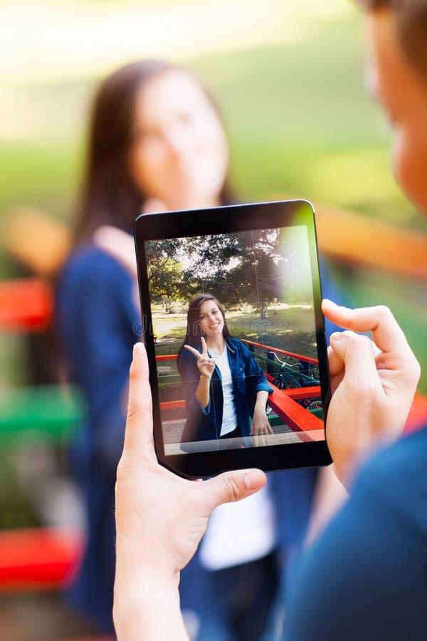 Αγόρι που παίρνει τις φωτογραφίες στοκ φωτογραφίες με δικαίωμα ελεύθερης χρήσης