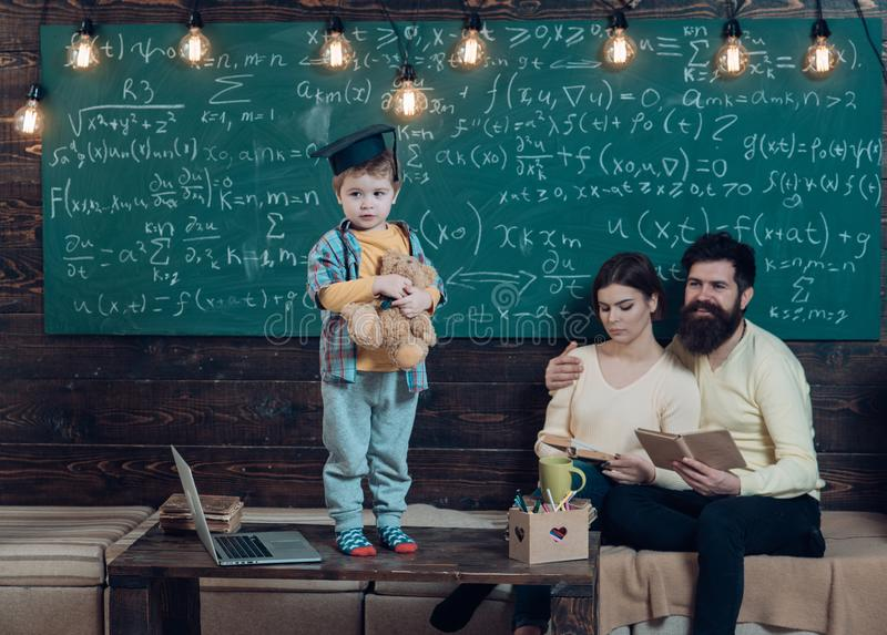 Αγόρι που παρουσιάζει τη γνώση του στο mom και τον μπαμπά Το έξυπνο παιδί στη διαβαθμισμένη ΚΑΠ επιθυμεί να εκτελέσει Γονείς που  στοκ φωτογραφία με δικαίωμα ελεύθερης χρήσης