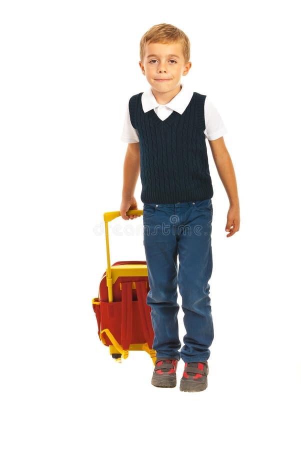 Αγόρι που περπατά στο σχολείο στοκ εικόνες