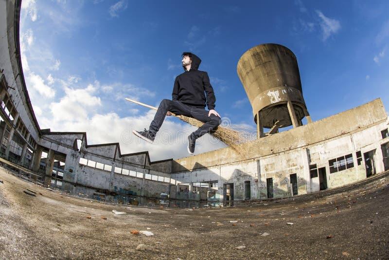 Αγόρι που πετά σε μια σκούπα στοκ φωτογραφίες με δικαίωμα ελεύθερης χρήσης
