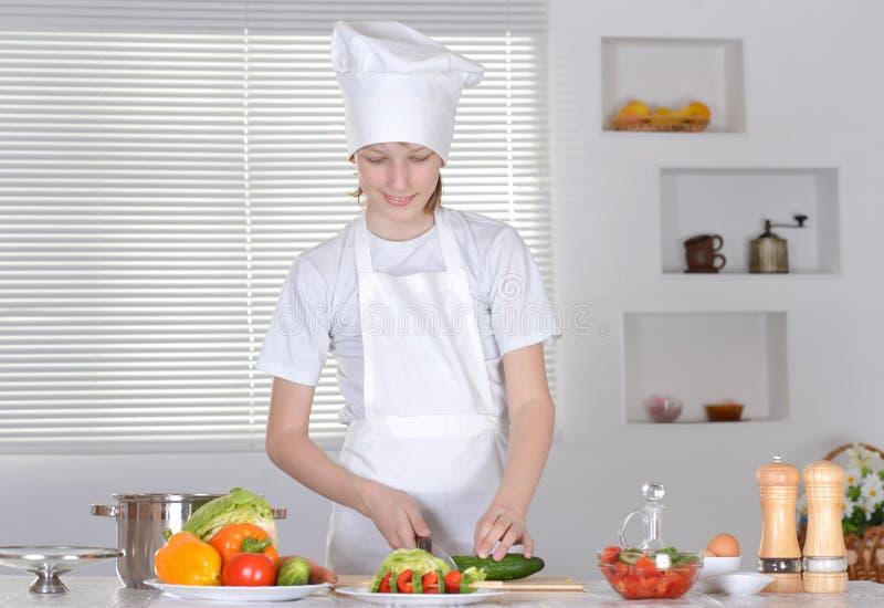 Αγόρι που προετοιμάζει τα γεύματα στοκ φωτογραφία με δικαίωμα ελεύθερης χρήσης