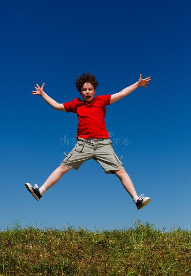 Αγόρι που τρέχει, άλμα υπαίθριο στοκ εικόνες