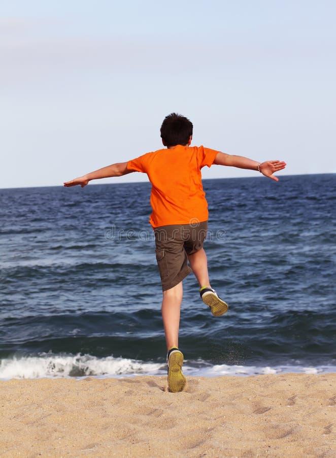 Αγόρι που τρέχει στη θάλασσα στοκ φωτογραφία με δικαίωμα ελεύθερης χρήσης