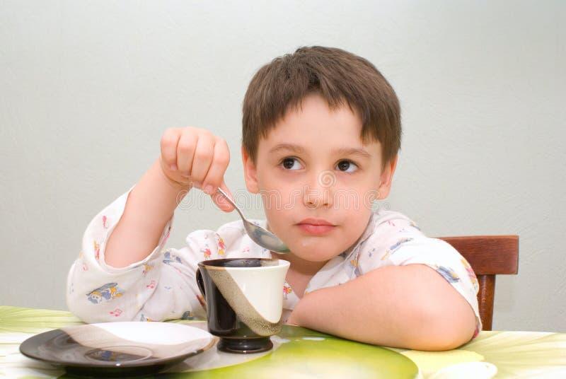 Αγόρι που τρώει στον πίνακα στοκ εικόνα με δικαίωμα ελεύθερης χρήσης