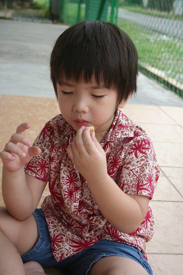 Αγόρι που τρώει τα μπισκότα