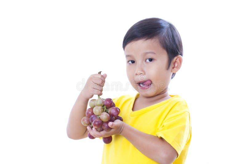 αγόρι που τρώει τα σταφύλια στοκ φωτογραφία με δικαίωμα ελεύθερης χρήσης